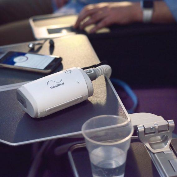 sleep-apnea-travel-cpap-airmini-on-airplane-tray-table-full-photo-1024x741